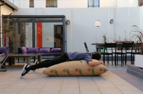 Industrie di ordinaria follia - Qualcuno dorme su un grande sacco di carta gonfiabile