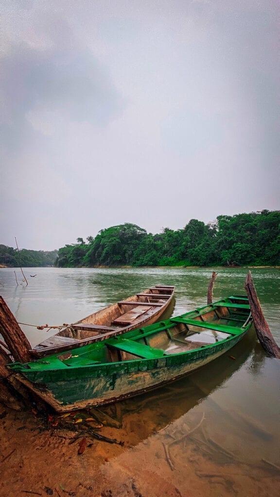 Foto di due canoe nello Stato di Rondônia, Brasile, teatro della vittoria dei karipuna