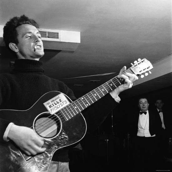 Woody Guthrie, sigaretta in bocca, chitarra in braccio -Jazz e folk dalle Città in Piena